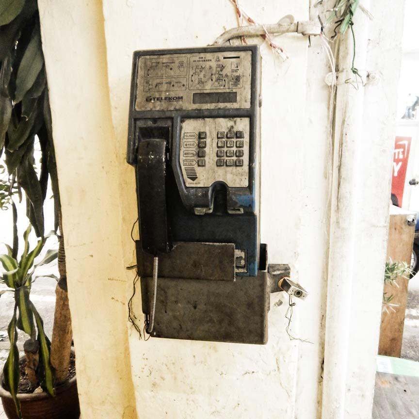 überflüssig ! -trauriges-telefon-asien-hat-mehr-handys-als-einwohner