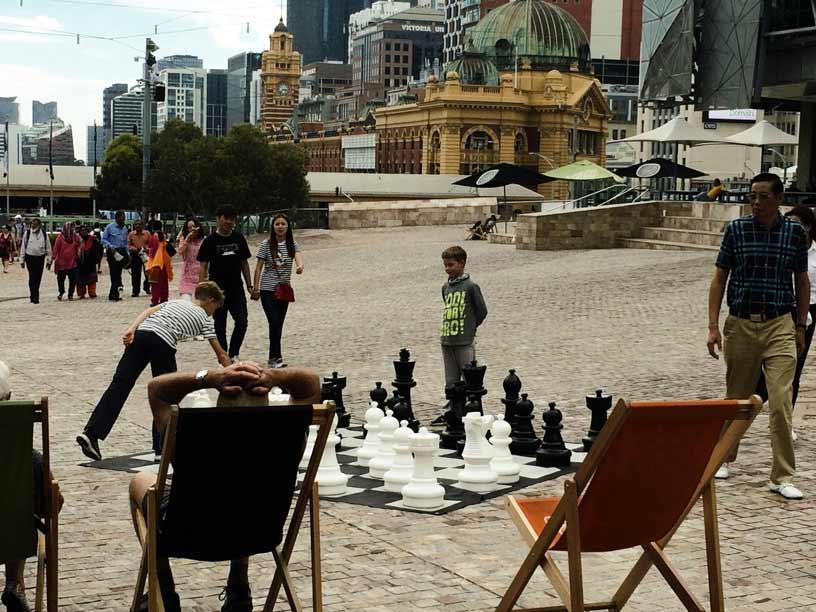 luca-und-leo-beim-schachspielen